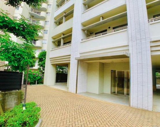 アパートメンツ三田のエントランス